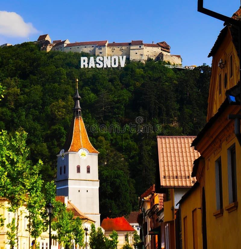 Rasnovvesting, Roemenië, zoals die van de stad wordt gezien stock afbeelding