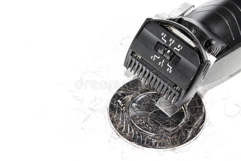 Rasoio nero elettrico sopra fondo bianco nel lavabo immagine stock