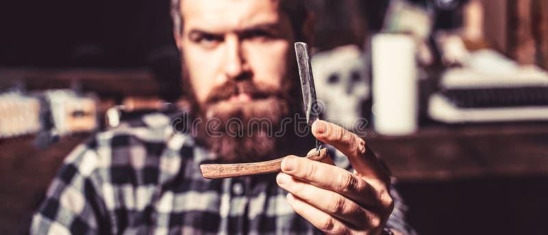 rasoir directement La coupe de cheveux des hommes Homme dans le raseur-coiffeur Rasoir droit de vintage Le coiffeur barbu beau ju photographie stock libre de droits