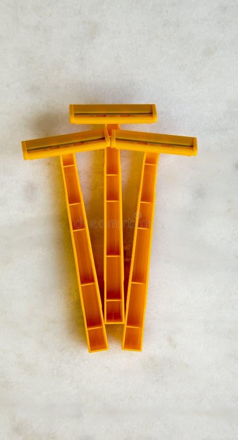 Rasoirs en plastique jetables sur la table d'albâtre images libres de droits