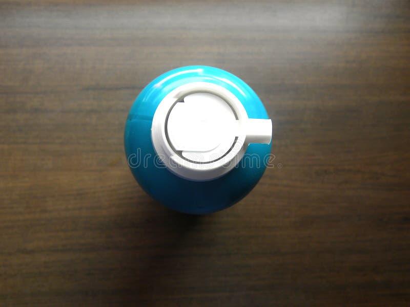 Raspando a lata da espuma imagens de stock