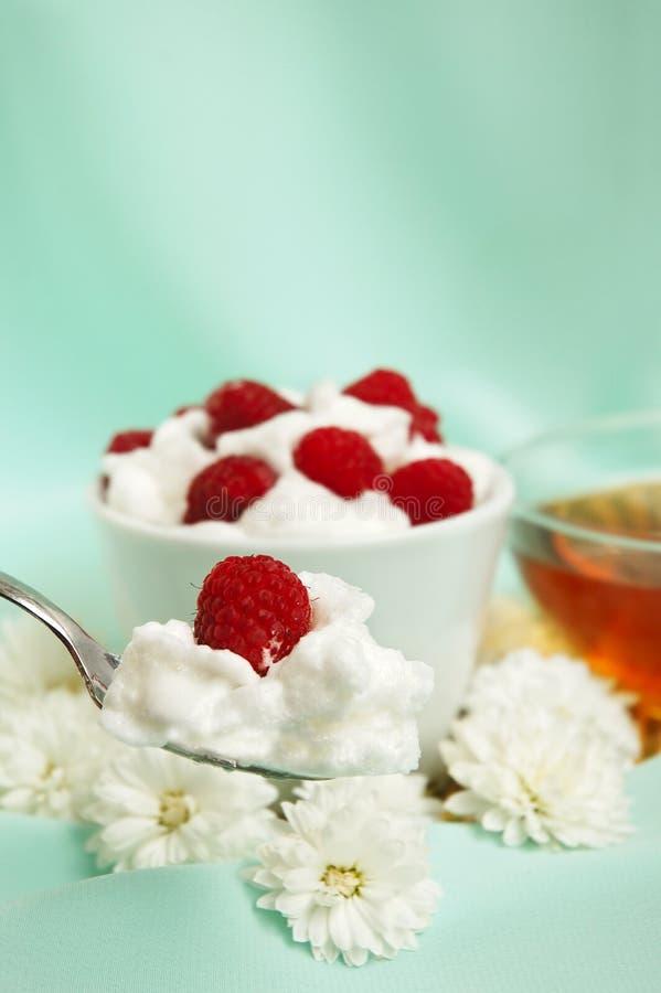 Raspberrys com creme chicoteado branco imagens de stock