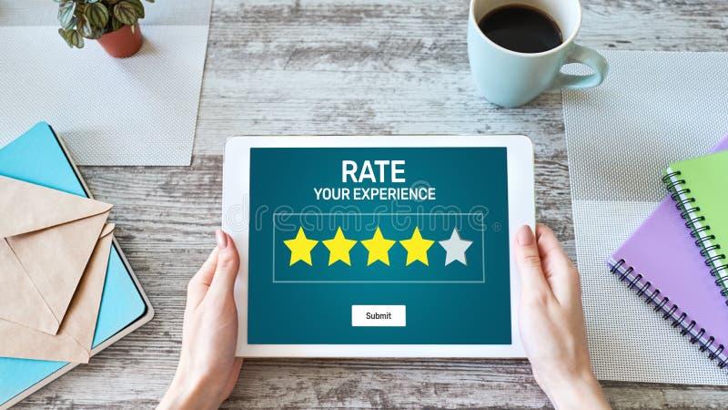 Rassegna di esperienza del cliente di tasso Servizio e soddisfazione del cliente Una valutazione di cinque stelle Concetto di tec immagine stock