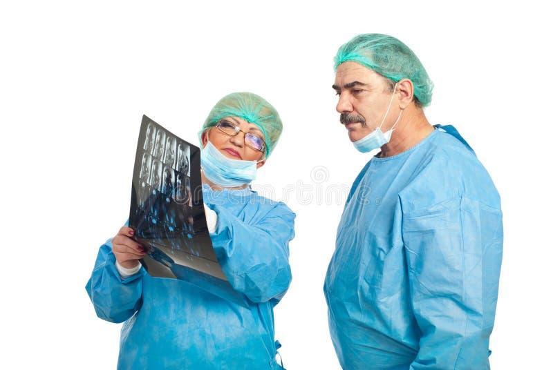 Rassegna matura dei chirurghi a risonanza magnetica fotografia stock libera da diritti