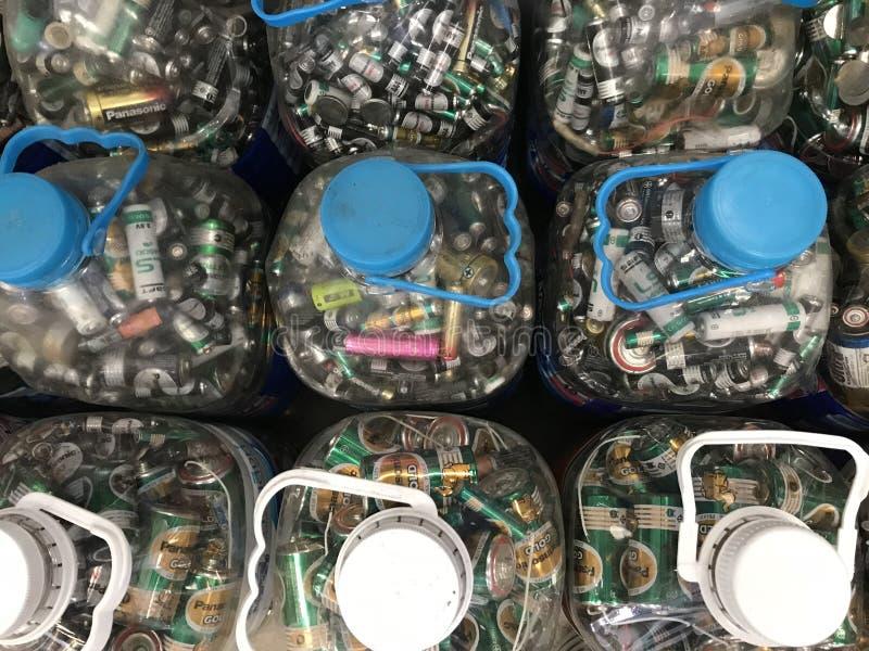 Rassemblement de beaucoup de tailles des batteries inutilisées dans de grandes bouteilles en plastique photos libres de droits