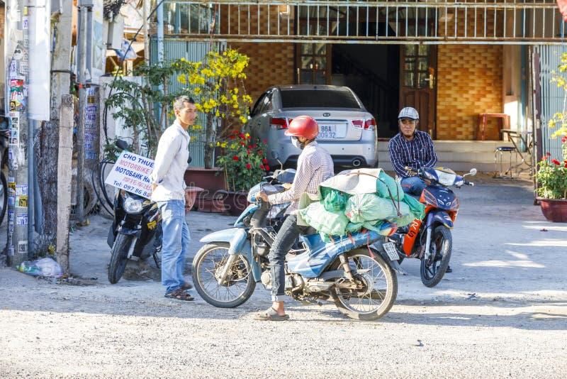 Rassemblement de cycliste de moteur sur une rue en Nam Tien, Vietnam photo libre de droits