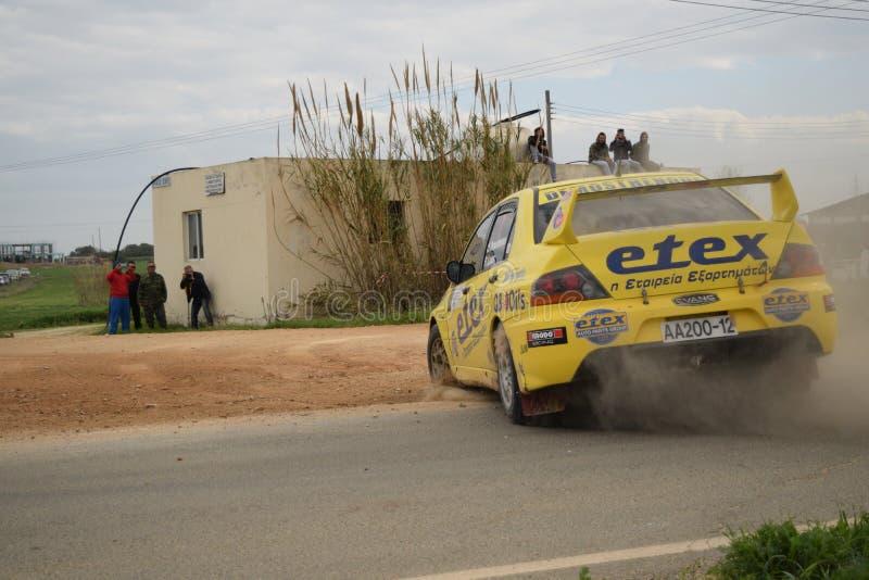 RASSEMBLEMENT de la CHYPRE 21/2/2016 voiture rapide de la poussière de forêt de voiture de vitesse photo stock