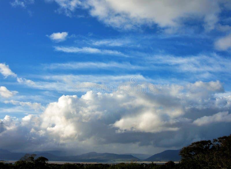 Rassemblement de nuages au-dessus de brin de Rossbeigh, Irlande images libres de droits