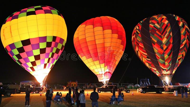 Rassemblement de personnes pour observer le ballon à air chaud annuel rougeoyer dans Glendale Arizona image stock