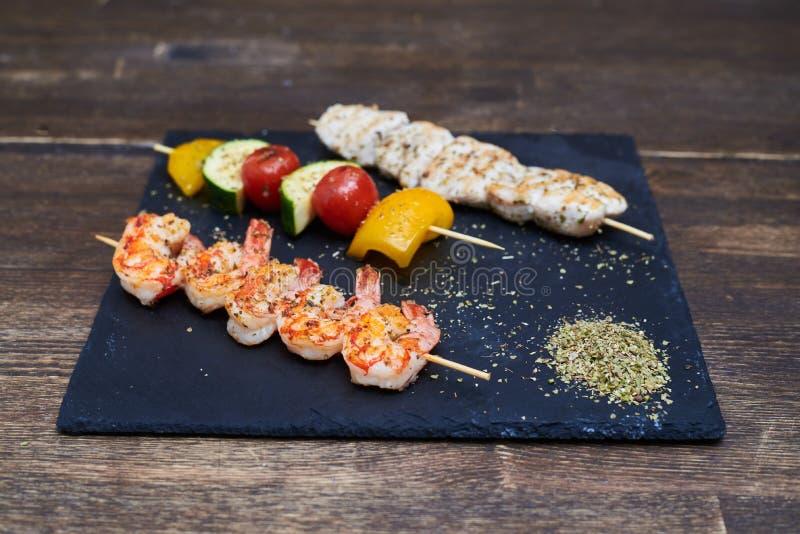 Rassemblement et légumes de fruits de mer sur des brochettes photo libre de droits