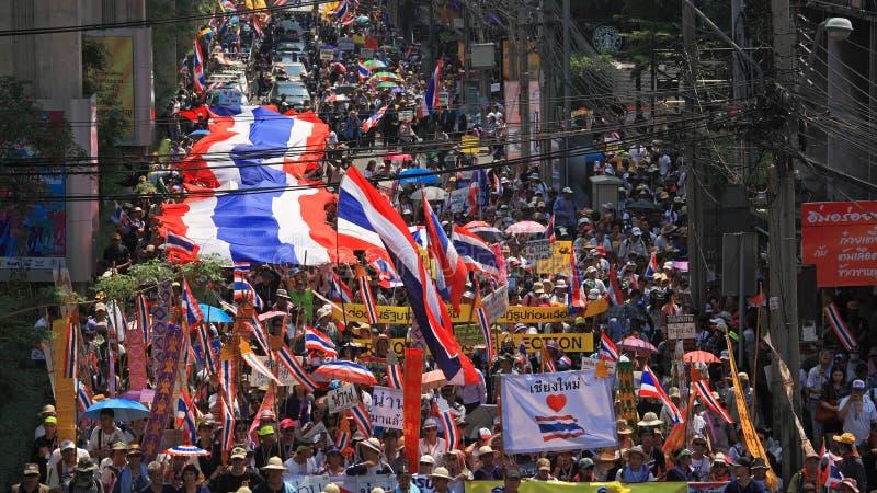 Rassemblement thaïlandais de protestateurs avec le grand drapeau thaïlandais photos stock