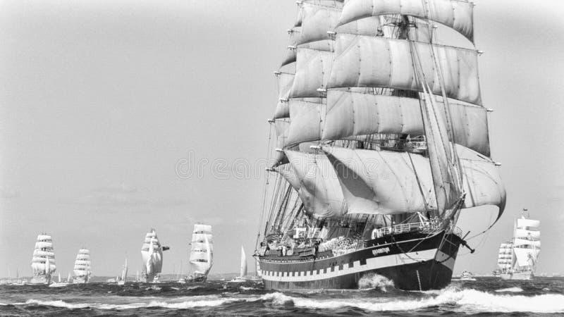 Rassen van het het Vertrek 1992 Lange Schip van Cadiz van het Kruzenshtern de Volledige Zeil stock foto's