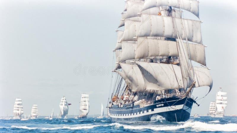 Rassen van het het Vertrek 1992 Lange Schip van Cadiz van het Kruzenshtern de Volledige Zeil royalty-vrije stock fotografie