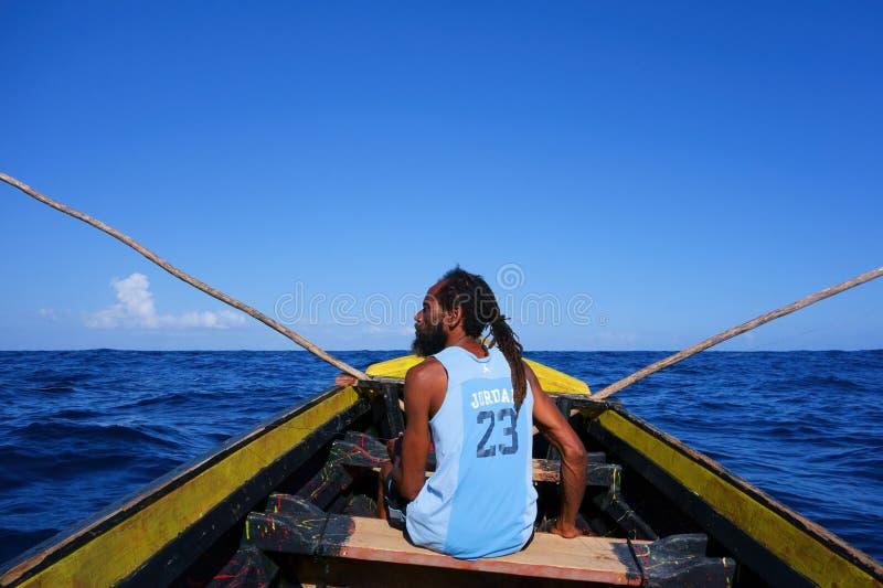 Rasta rybak w drewnianej łodzi w Portowym Antonio, Jamajka obraz stock