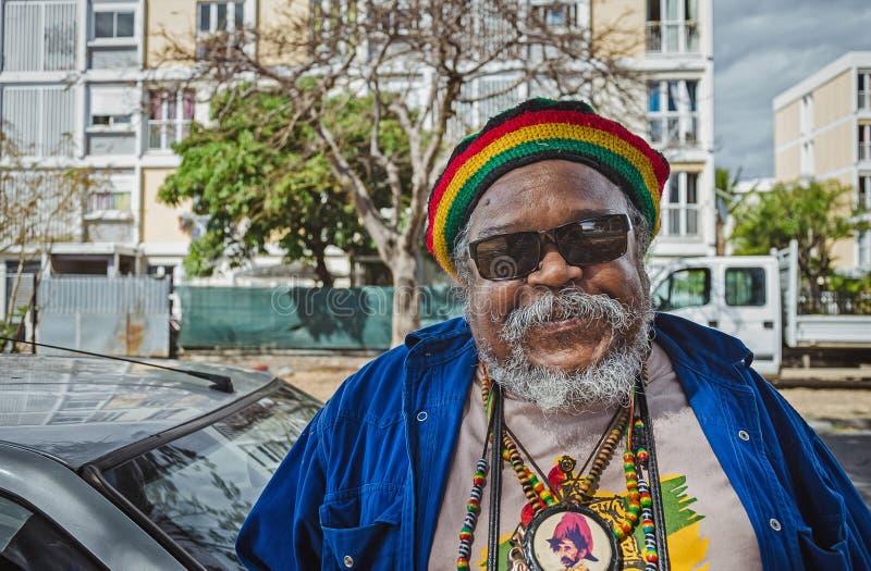 Rastafarian creole mężczyzna jest uśmiechnięty w kamerze zdjęcia stock