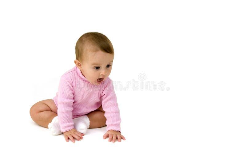 Rastejamento bonito do bebê foto de stock royalty free