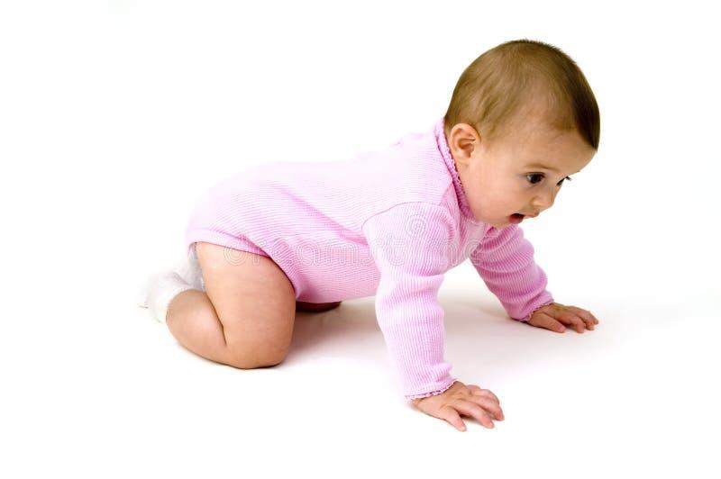 Rastejamento bonito do bebê fotografia de stock