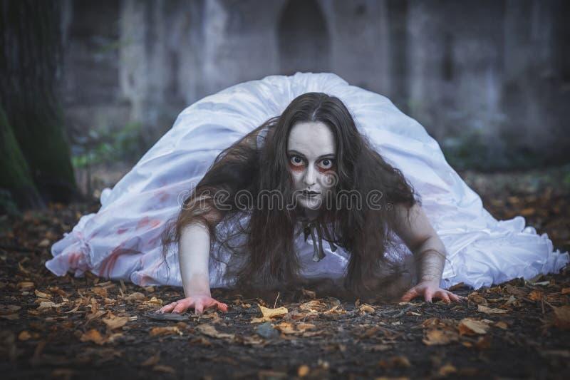 Rastejamento inoperante assustador da noiva Cena de Halloween imagens de stock royalty free
