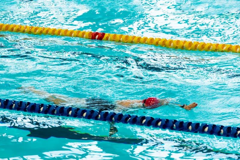 Rastejamento nadador da pessoa na piscina interior fotos de stock