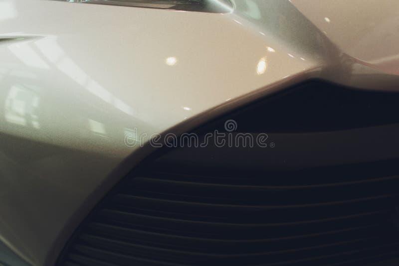 Raster av bilen med sunflare Elementskyddsgaller Bakgrund f?r metalln?rbildtextur Chrome galler av den stora kraftiga motormakroe royaltyfria foton