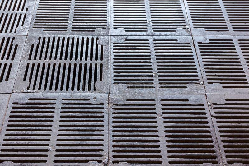 Raster för lufthål för för järnavloppsrännaspisgallrar och metall industriell bakgrund royaltyfri foto