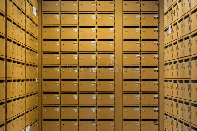 Raster sorterad lagring för säkerhet för brevlådor för samlingskolonnrader trä royaltyfri fotografi