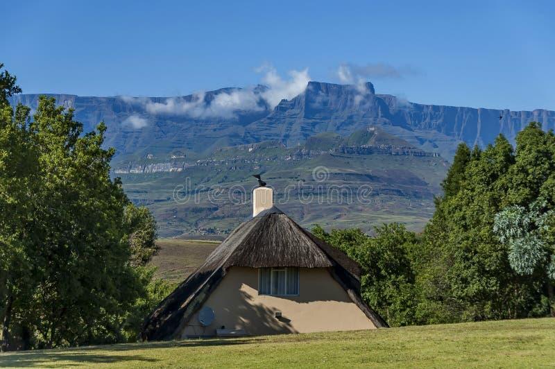 Rasthäuser in königlichem Natal Park Drakensberg-Berg lizenzfreies stockbild