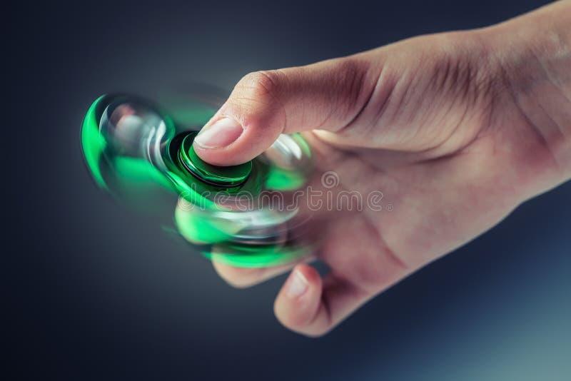 Rastlös människaspinnare Grön sfidgetpinner i en flickahand fotografering för bildbyråer