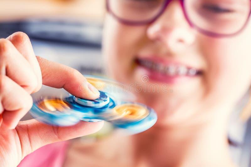 Rastlös människaspinnare Gullig ung flicka som spelar med rastlös människaspinnaren arkivbilder