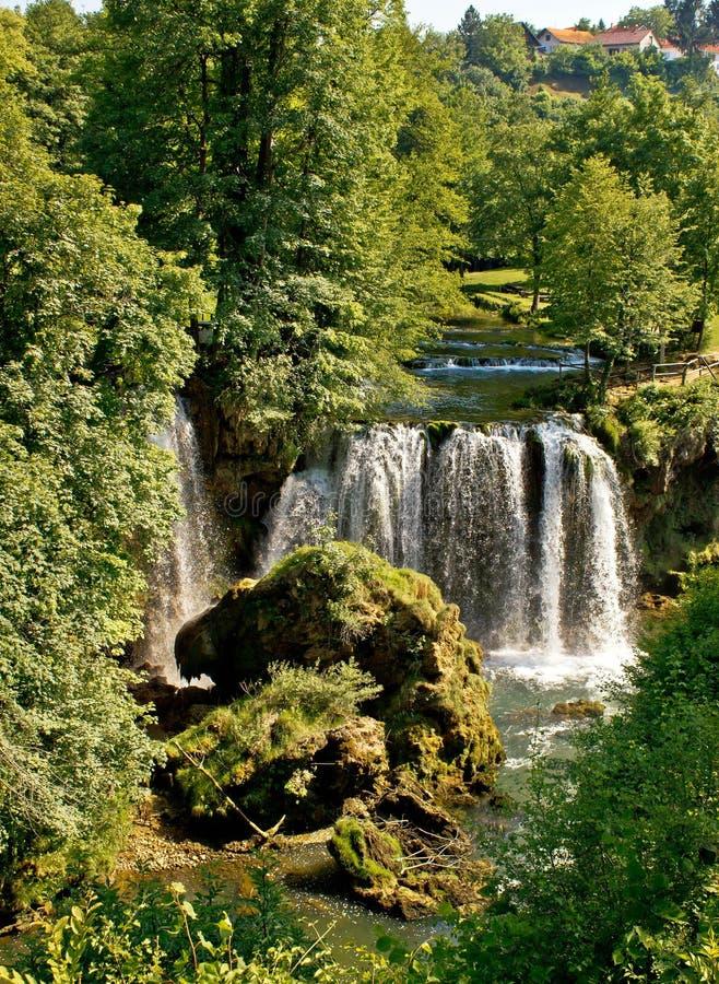 Rastoke,克罗地亚,在绿色自然的瀑布 库存图片