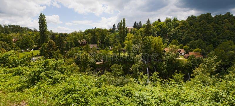 Rastoke, Plitvice湖区域,瀑布,克罗地亚,欧洲,水车,河,木房子,风景,地平线,绿色 库存图片