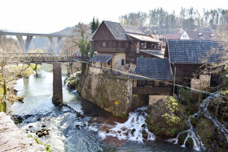 Rastoke Kroatien - mars 7 2019: Bro över floden som leder till den gamla staden arkivbild