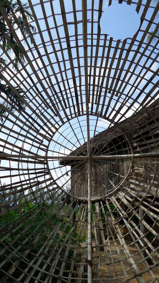 Rastrelliera di bambù e casa di legno immagini stock