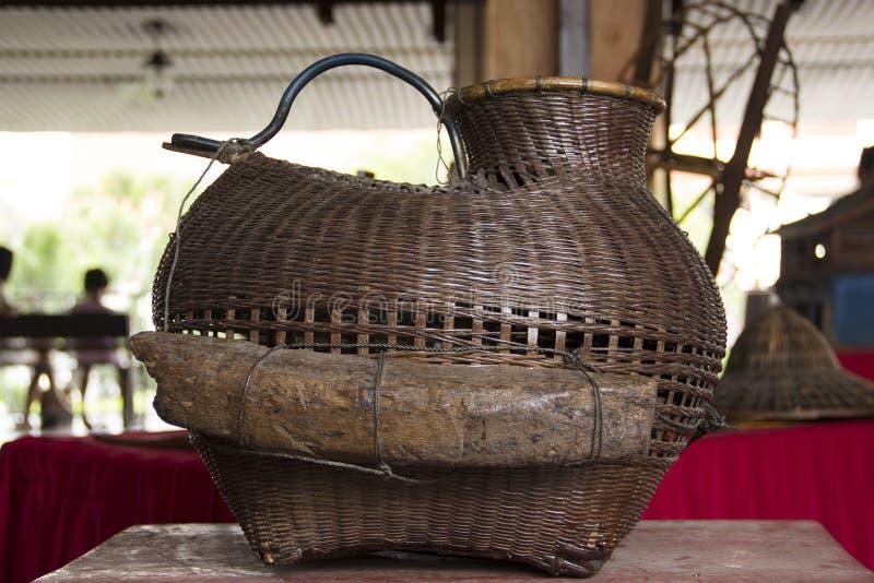 Rastrelliera di bambù sulla tavola immagine stock