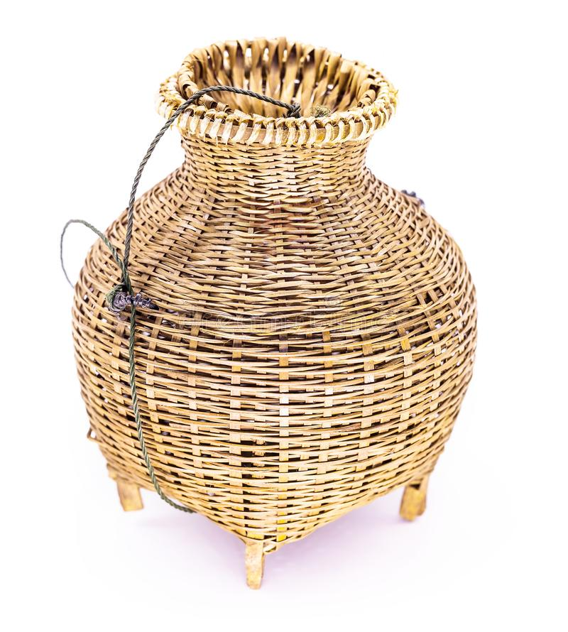 Rastrelliera di pesca, il canestro tessuto di bambù isolato su fondo bianco immagine stock