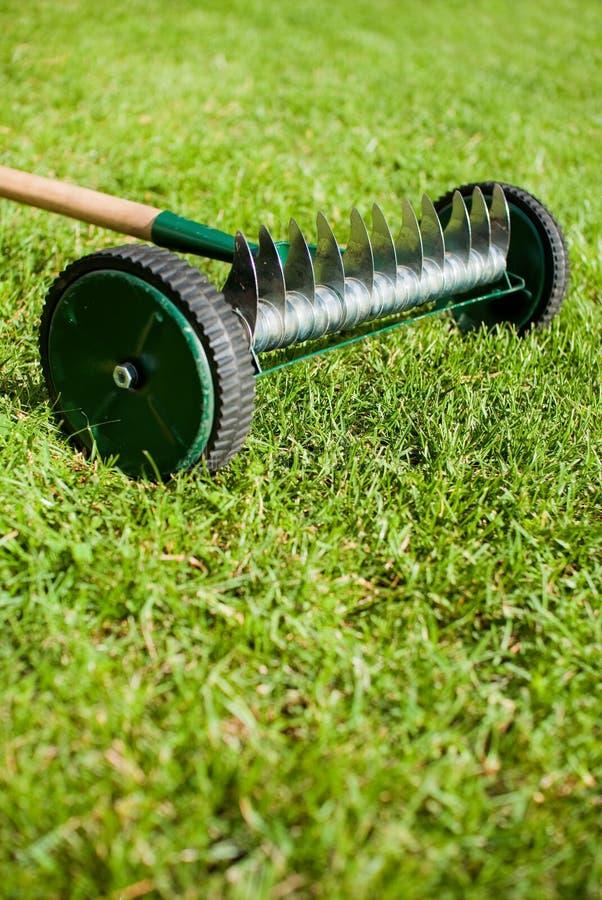 Rastrillo de la rueda en jardín viejo foto de archivo