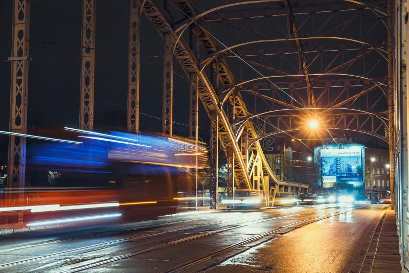 Rastro abstracto de la luz de la tranvía en el puente de Pilsudzki en Kraków, Polonia imagen de archivo