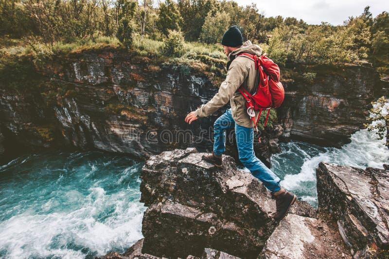 Rastro activo del hombre que corre en rocas sobre el barranco del río fotografía de archivo libre de regalías