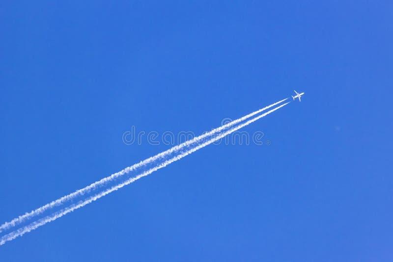 Rastro blanco del vapor del avión de reacción en el cielo azul fotografía de archivo