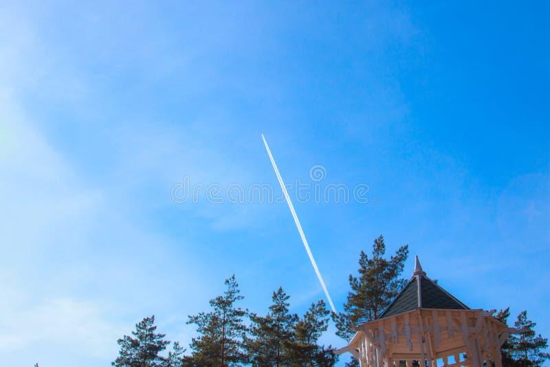 Rastro de la condensación, pista reactiva - rastro visible que emerge en atmósfera detrás de los aviones móviles debajo de seguro imágenes de archivo libres de regalías