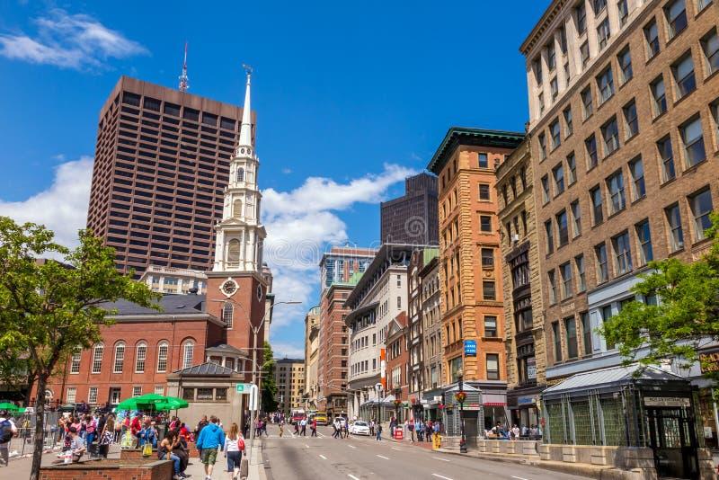 Rastro de la libertad de Boston con la iglesia de la calle del parque en el backgr fotografía de archivo