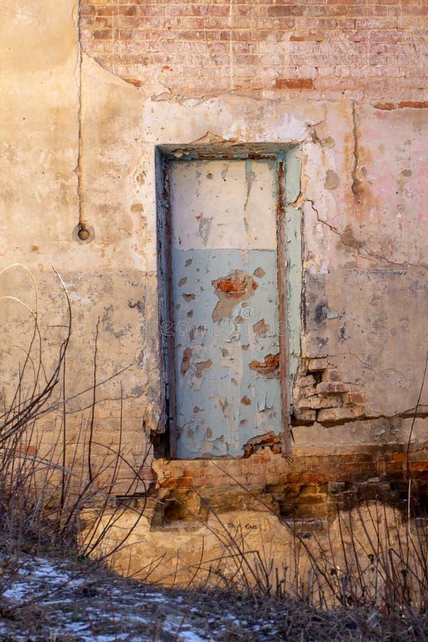 Rastro de la puerta bricked en una pared de ladrillo amarilla vieja fotografía de archivo