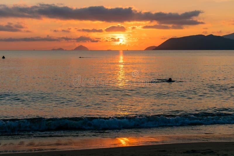 Rastro de luz del sol en el agua en el mar en el amanecer colorido con las nubes del contraste imagenes de archivo