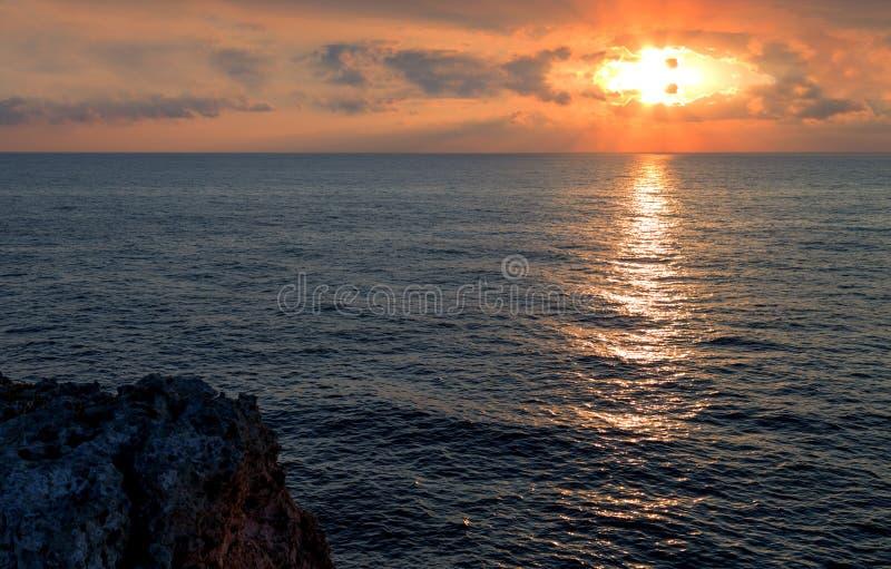 Rastro de luz del sol a lo largo del mar foto de archivo