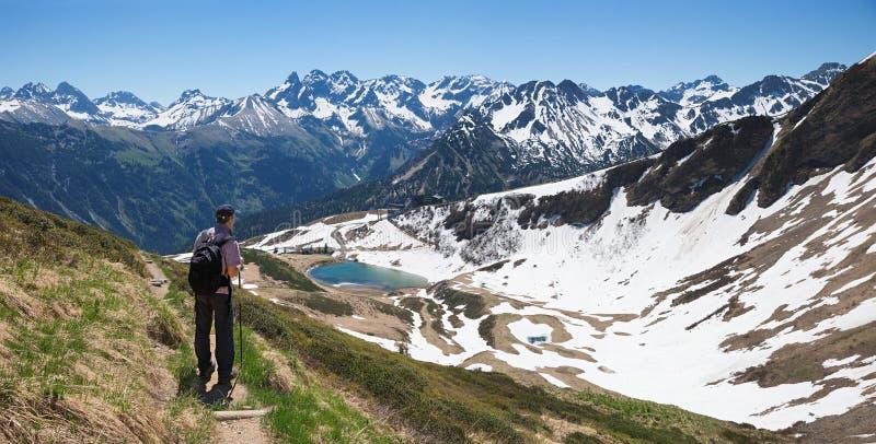 Rastro de montaña del fellhorn del montañés que camina en las montañas del allgau fotografía de archivo libre de regalías