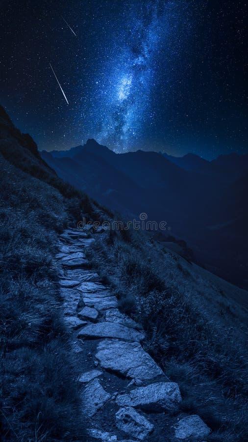 Rastro de montañas en Tatras en la noche con las estrellas el caer, Polonia fotos de archivo