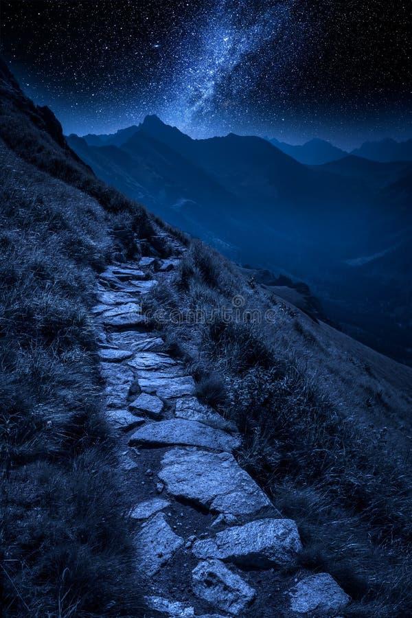 Rastro de montañas en Tatras en la noche con las estrellas, Polonia imágenes de archivo libres de regalías