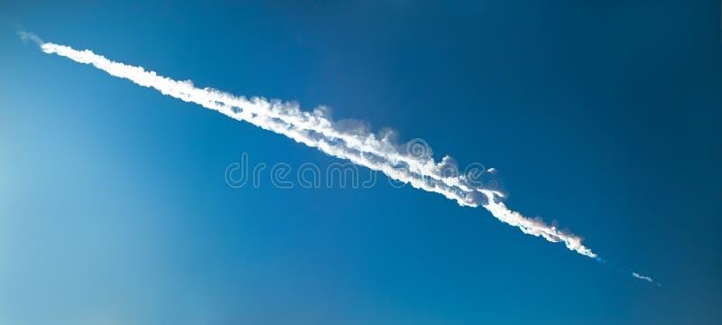 Rastro de un impacto del meteorito cerca de la ciudad de Cheliábinsk, Rusia, FE imagen de archivo