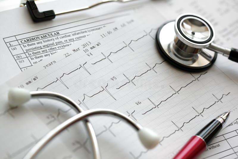 Cardiograma y estetoscopio imagen de archivo