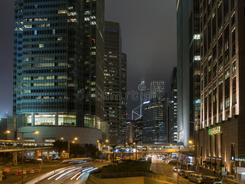 Rastro del tráfico y de la luz en distrito central en la ciudad de Hong Kong fotografía de archivo